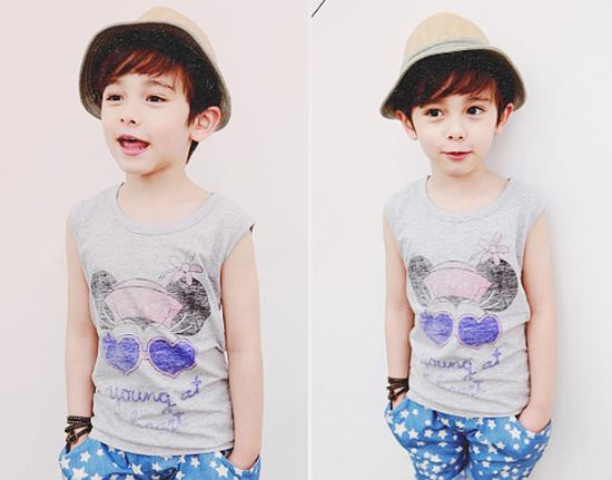 (5) Cậu bé lai Mĩ  Hàn này đã từng làm điên đảo cộng đồng mạng khi sở hữu khuôn mặt xinh trai với các đường nét hoàn hảo, cùng với đó là phong thái cực cool khi chụp hình. Dennis được hâm mộ không kém gì khác idols Kpop.