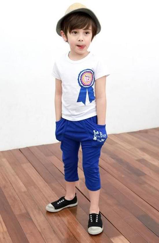 (6) Hotboy 6 tuổi có phong cách ăn mặc khá đơn giản. Áo phông, quần thun là lựa chọn yêu thích của Dennis để lúc nào cũng được thoái mái chơi đùa, chụp ảnh.