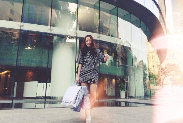 hot-girl-khoe-thanh-qua-di-mua-2298-9232