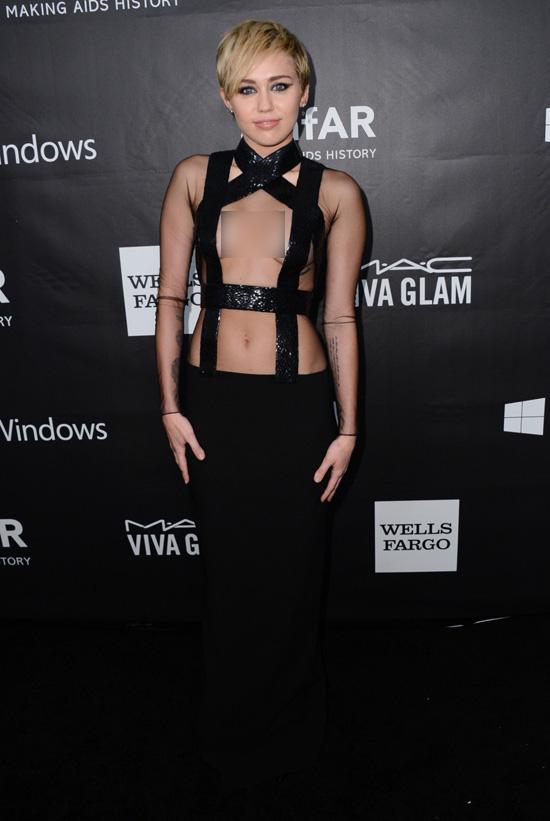 Hot or not: Miley hở bạo với váy như dán băng dính