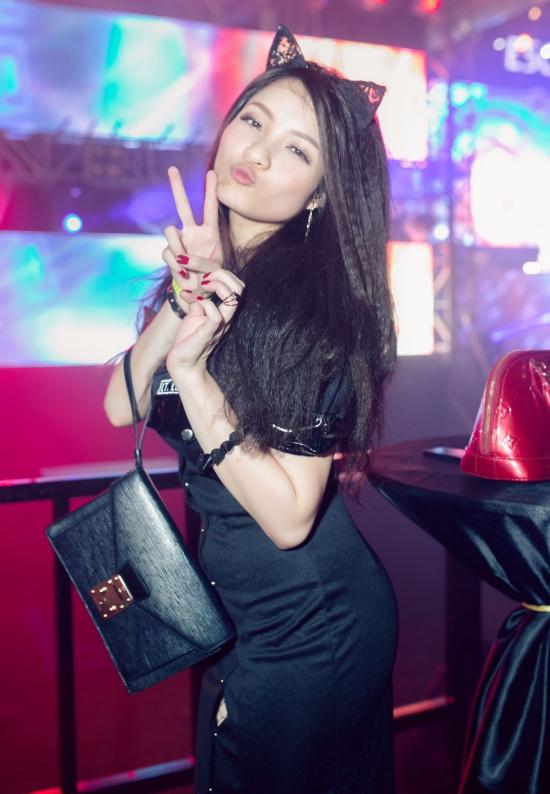 Sau 5 năm du học ngành truyền thông tại Mỹ, Thủy Top quay trở về bắt đầu sự nghi6e5p với vai trò biên tập viên tại một kênh truyền hình thời trang.