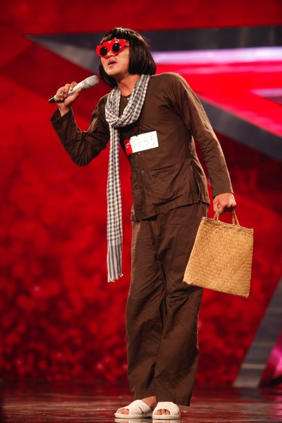 Nguyễn Huỳnh Nhu gấy ấn tượng từ khi xuất hiện trên sân khấu với tiết mục giả gáikết hợp diễn hài, nói tiếng bụng.