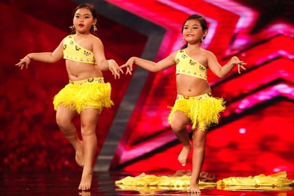 Hai cô bé Bảo Kha và Yêu Thương biểu diễn màn múa bụng gợi cảm, uyền chuyển.