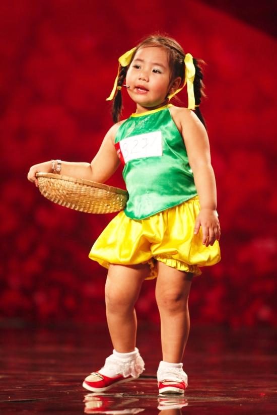 Cô bé Quỳnh Như chiếm trọn tình cảm của ban giám khảmvới vóc dáng và bộ dạng ngộ nghĩnh khi mặc bộ yếm cách tân.