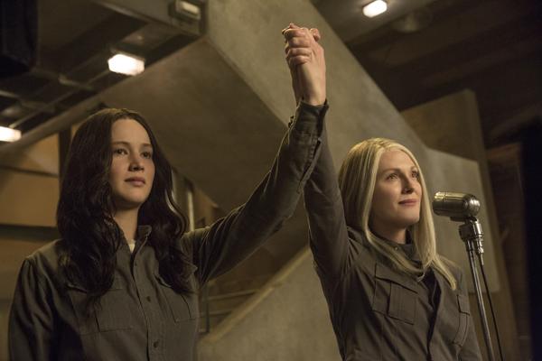 tập thứ 3 của series bom tấn từng càn quét các phòng vé trên khắp toàn cầu đã đưa câu chuyện lên một tầm cao mới với việc nhân vật chính Katniss Everdeen chính thức đặt chân vào một thế giới hoàn toàn khác biệt. Những trận chiến đấu sinh tử đẫm máu giờ đây đã chấm dứt, nhưng cuộc chiến để sinh tồn lại càng lúc càng trở nên khốc liệt hơn.