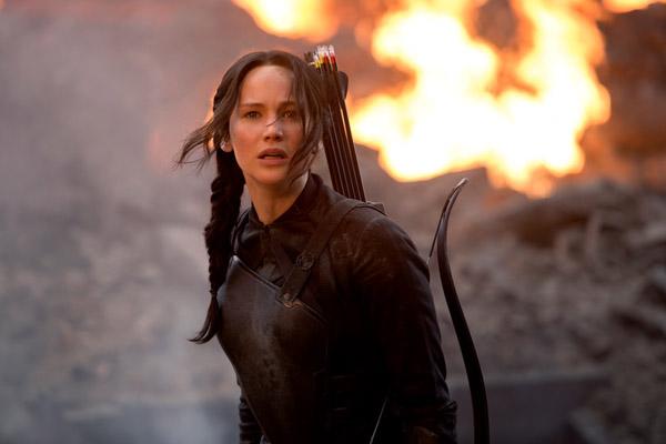 Câu chuyện mở ra với cảnh tượng Katniss hồi tỉnh sau trận huyết chiến tại kỳ Quarter Quell. Cô đã cảm thấy vô cùng bất ngờ khi nhận ra mình đang ở tại một thế giới ngầm tăm tối mà bấy lâu mọi người đã ngỡ rằng không hề tồn tại: Quận 13. Và Katniss cũng nhanh chóng nhận ra thực tế khắc nghiệt mà cô phải đối mặt: Quận 12 giờ đây đã bị hủy diệt