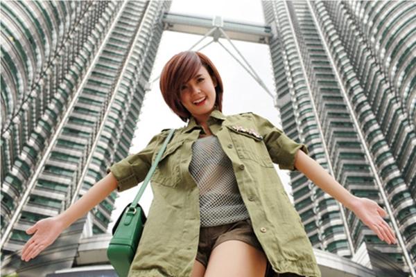 Midu tươi tắn và cá tính khi tạo dáng dưới tòa tháp đôi Petronas rất nổi tiếng tại trung tâm Thủ đô Kuala Lumpur của đất nước Malaysia.