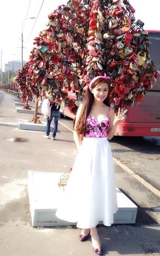 Kellly cũng từng ại thành phố Moscow của đất nước này, trong đó có thánh đường Basil và quảng trường Đỏ. Nếu Basil là một nhà thờ chính tòa thánh lộng lẫy, nguy nga như một cung điện của vua chúa thì quảng trường đỏ lại mang vẻ cổ kính của một địa điểm lịch sử. Nàng hot girl ăn mặc cực sành điệu, gợi cảm và pose hình tự tin trong chuyến đi tham quan này.