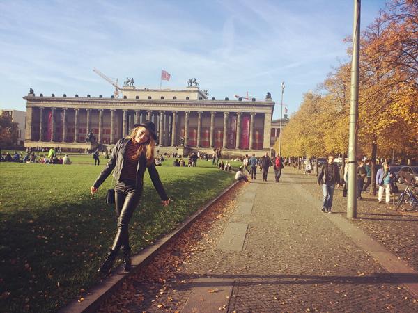Trong khi đó, Emily thích thú dạo chơi giữa không gian tràn ngập lá vàng của mùa thu châu Âu.