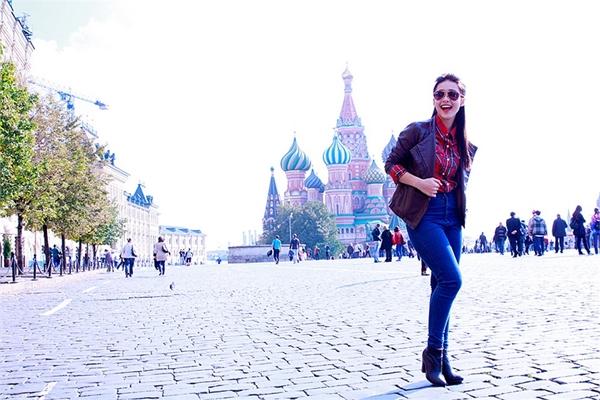 Khả Ngân trong một lần đi Nga đã không quên ghi lại những khoảnh khắc vui tươi ở quảng trường Đỏ