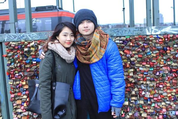 Miss Teen Trang Thiên đều biết rằng bạn trai cô nàng đang là một du học sinh tại Đức. Trong lần sang thăm bạn trai, cặp đôi này đã pose hình cực lãng mạn tại cây cầu khóa tình yêu Cologne của đất nước này. Nhiều người tỏ ra ngưỡng mộ khi phải yêu xa nhưng Trang Thiên và bạn trai vẫn luôn giữ được tình cảm ngọt ngào, khăng khít.