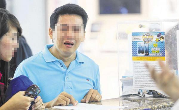 Du khách Việt khóc mếu khi bị lừa gạt ở Singapore. Không ít người cũng gặp phải chiêu lừa đảo tương tự thế này khi mua sắm ở nước ngoài. Ảnh chụp màn hình.