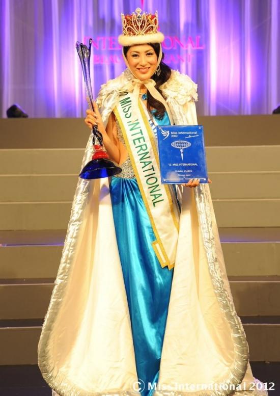 Với lợi thế chủ nhà, người đẹpIkumi Yoshimatsu lên ngôi Hoa hậu Quốc tế 2012 khi đã 25 tuổi.