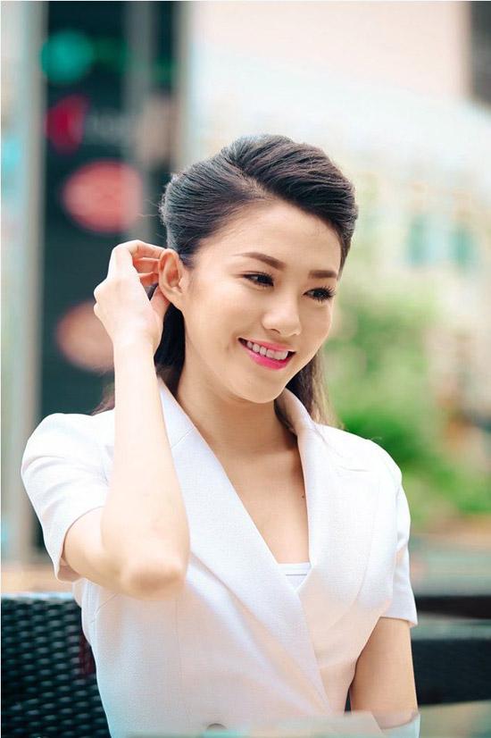 Ngân Hà năm nay 21 tuổi, có gương mặt thanh tú và nụ cười rạng rỡ. Cô cao 1m70, nặng 50kg, số đo ba vòng 81-63-92. Người đẹp đang là sinh viên Đại học HUTech.