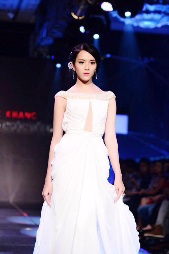 """Với gương mặt thanh thoát xinh đẹp, chiều cao 1m78 cùng đôi chân 1m15 được đánh giá là dài nhất giới người mẫu Việt Nam, Ngọc Quý được xem như một """"viên ngọc"""" của làng mốt Việt."""