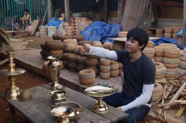 Diễn viên Việt Tú cũng toátmồ hôi thực hiện thử tháchlàng nghề đúc đồng truyền thống.
