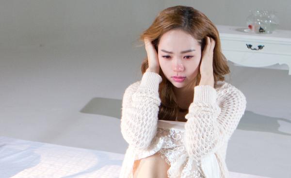 MV chú trọng cảm xúc của Minh Hằng qua nét biểu cảm gương mặt, thể hiện nỗi buồn day dứt.