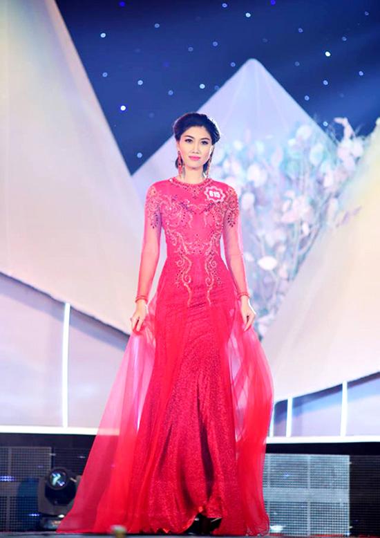 Huỳnh Ý Nhi, thí sinh từng lọt vào chung kết Miss Ngôi Sao 2014. Người đẹp gốc Vũng Tàu cao 1m71, nặng 51kg, số đo 84-61-91.