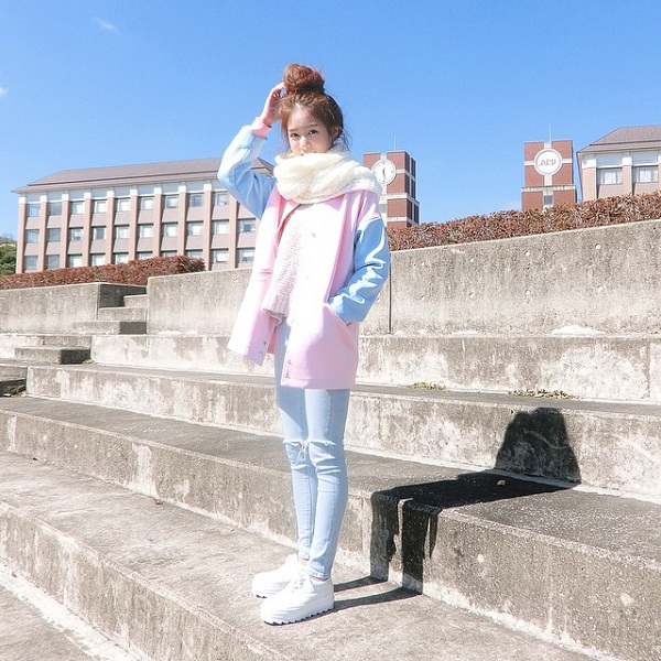 Với vóc dáng nhỏ nhắn và đáng yêu, Pimtha thường chọn những trang phục màu sắc tươi trẻ và năng động.