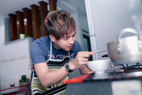 """Nam ca sĩ chứng tỏ mình cũng đảm đang không kém khi chuẩn bị bữa trưa cho """"người yêu tin đồn"""" là nữ ca sĩ - DJ Thúy Khanh."""