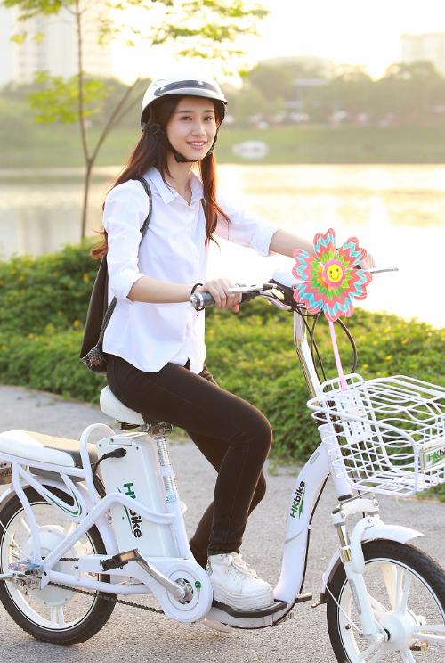 Sử dụng xe đạp điện đang trở thành xu hướng di chuyển mới của các hot teen. Ngoài việc trở thành phương tiện đi lại chính, xe đạp điện còn có vai trò như một món phụ kiện rất xì tai để khoe cá tính.