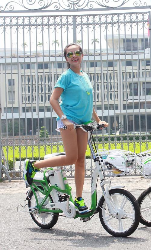 Tam Triều Dâng chọn đồ phong cách trẻ trung, nhí nhảnh để đi cùng chiếc xe đạp điện năng động.