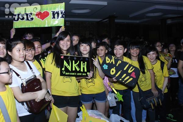 Fan club Ngô Kiến Huy nhuộm vàng một góc sân khấu cuồng nhiệt cổ vũ cho thần tượng.
