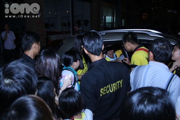 Hàng nghìn fans tiếp tục vây quanh xe khiến rất lâu sau cặp đôi mới có thể an toàn vào xe để ra về.