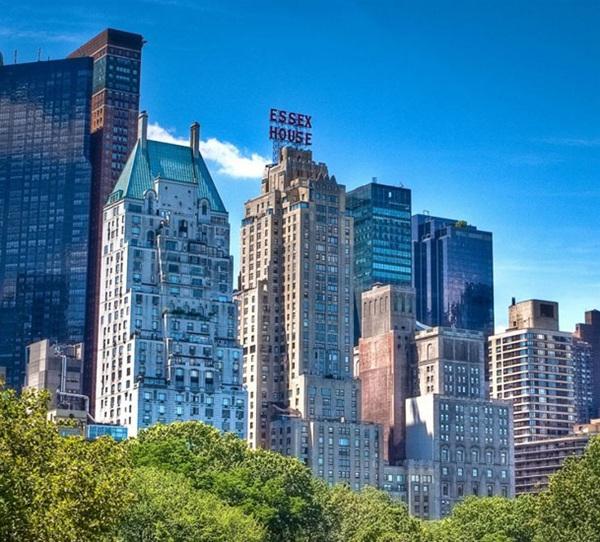 The Four Seasons là một chuỗi khách sạn 5 sao hạng sang ở Canada gồm 98 khách sạn ở các thành phố nổi tiếng Toronto, New York, Los Angeles, St. Louis, Paris. Mỗi chiếc giường ở đây đều được thiết kế rất sang trọng. Nếu bạn muốn sở hữu chúng , khách sạn sẵn sàng để lại cho bạn với giá từ1999$ - 2.999$ tùy từng kích thước.