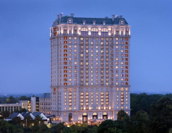 St Reis được xây dựng năm 1904 bởi thương gia giàu nhất nước Mỹ John Jacob Astor IV, sau đó nó được bán lại cho Starwood và phát triển thành chuỗi hệ thống khách sạn hạng sang trên khắp nước Mỹ, Trung Quốc, Indonesia, Ý , Mexico& Bạn có thể tượng tưởng, giá mỗi phòng ở đây không rẻ hơn 1.045$ một đêm.