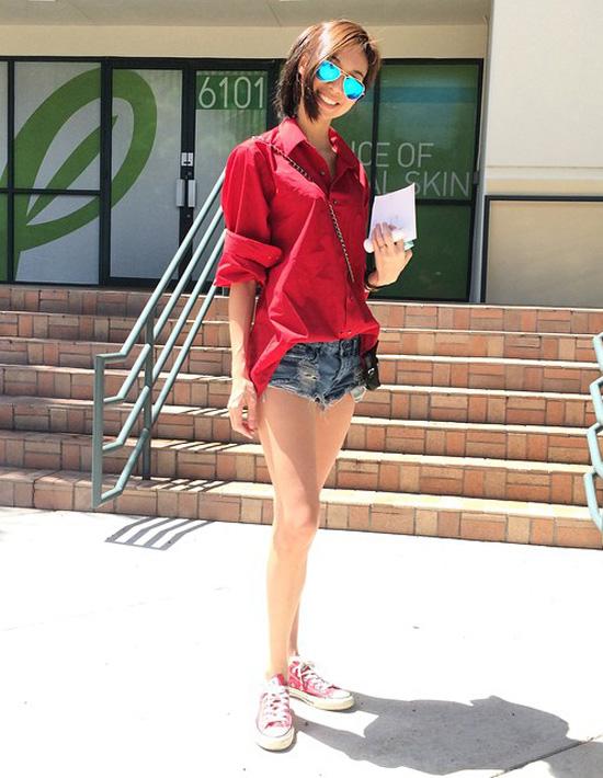 8. Thời trang dạo phố rất đơn giản, không kiểu cách thường chỉ là áo shirt kết hợp cùng quần short nhưng lại vô cùng bắt mắt và sành điệu.