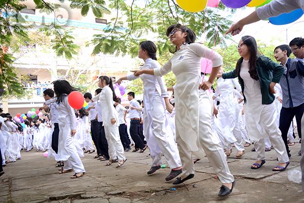 Các teen  girl mang áo dài trắng tinh tươm, các nam sinh trong quần xanh áo trắng gọn gàng.