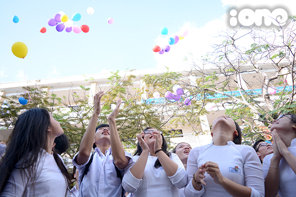 Đông đảo các bạn học trò theo dõi các màn biểu diễu từ hành lang trước lớp học.