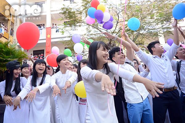 Học trò từ các dãy phòng học nhanh chóng ráp thành một đám đông lớn trên sân trường ngập đầy nắng.