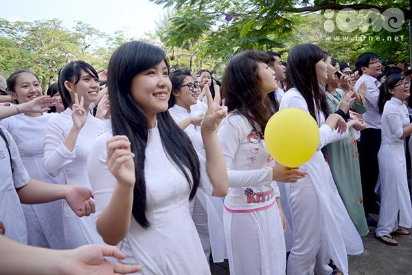 Teen các khối lớp hòa ca bài hát Bụi phấn đầy xúc động.