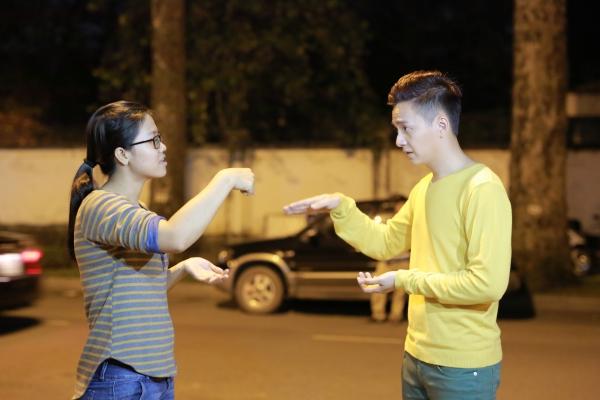 Ngô Kiến Huy đã thuê giáo viên về dạy ngay tai buổi quay các ngôn ngữ kí hiệu cho cả Ngô Kiến Huy và nữ diễn viên
