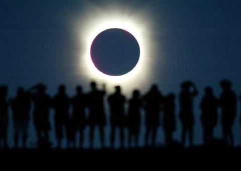 Tin về việc bão Mặt trời khiến Trái đất chìm trong bóng tối lan truyền chóng mặt trên mạng xã hội Mỹ - Ảnh minh họa.