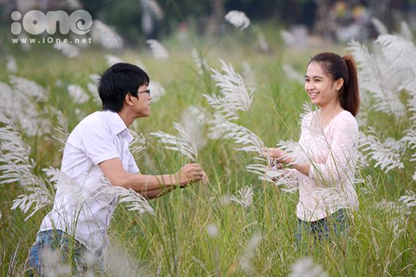 Sức hút từ vẻ đẹp của những bông cỏ lau trắng ngần khiến giới trẻ, đến hẹn lại xúng xính áo váy đi pose ảnh kỷ niệm.