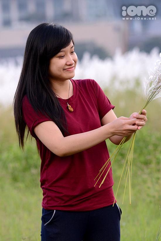 ...Hoặc say sưa hái những bó cỏ lau đầu mùa