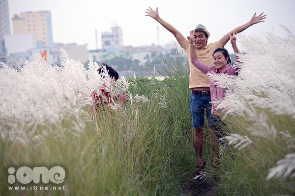 Không ít cặp gà bông cũng nô nức kéo đến đồng cỏ lau để thi nhau tận hưởng vẻ lãng mạn như trong phim Hàn.