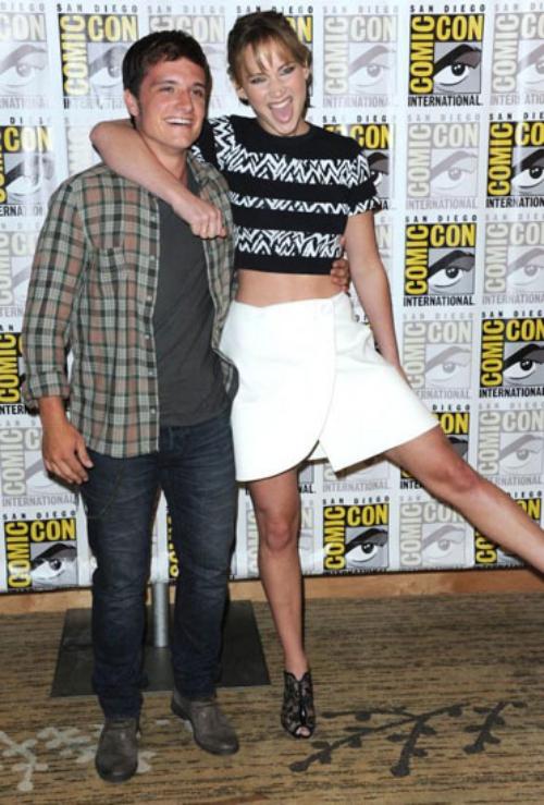 Jennifer Lawrence ôm vai bá cổ nam diễn viên Josh Hutcherson tại sự kiện Comic-Con International 2013.