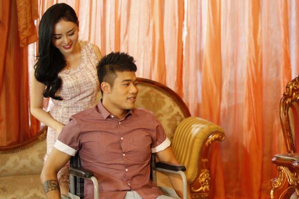 Lạc lối giữa việcníu kéo tình yêu, chàng trai bị một tai nạn giao thông nghiêm trọng và phải ngồi xe lăn.