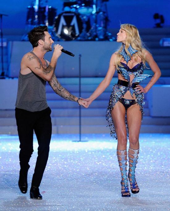 Thời gian còn gắn bó bên nhau, cặp đôi Adam Levine và Anne V từng khiến các fan phấn khích trước những cử chỉ tình tứ và hành động lãng mạn dành cho nhau khi thủ lĩnh nhóm nhạc Maroon 5 biểu diễn trên sân khấu Victoria's Secret năm 2011.