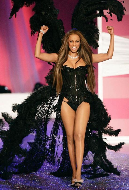 Show diễn 2005, siêu mẫu quyền lực Tyra Banks tràn đầy năng lượng trong lần cuối cùng cô sải bước cho hãng nội y đình đám.