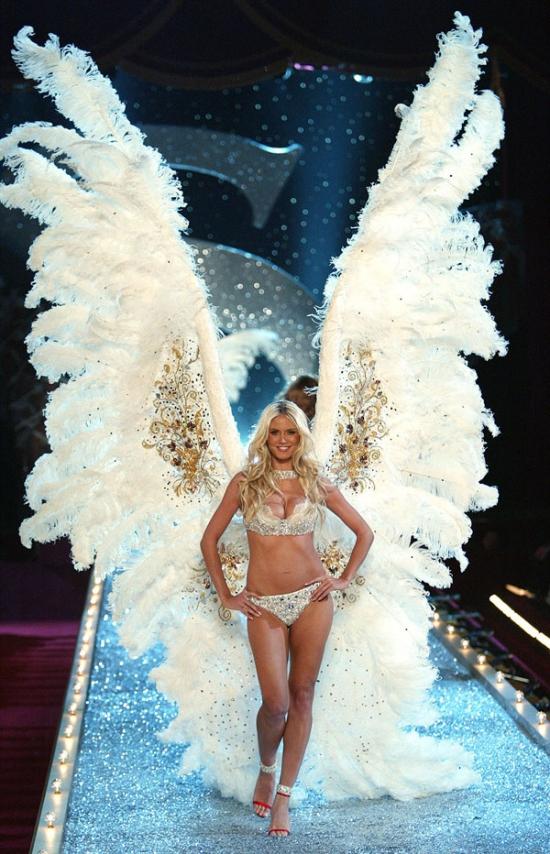 Chân dài người Đức Heidi Klum lộng lẫy sải bước cùng bộ cánh trắng muốt khổng lồ trên sàn diễn 2003.