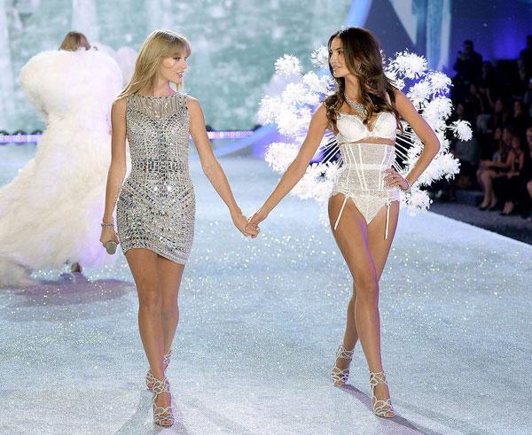 Trên sân khấu 2013, với chiều cao 1m80, nàng ca sĩ khách mờiTaylor Swiftnổi bật không hề kém cạnh dàn người mẫu gợi cảm.