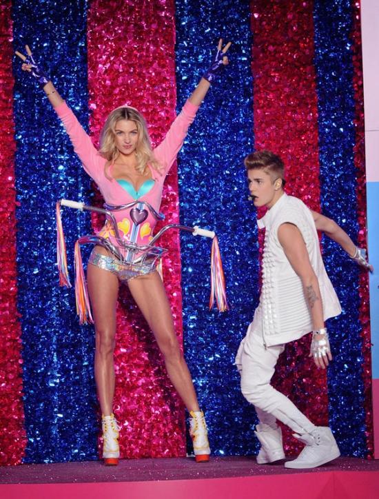Biểu diễn hăng say trong show 2012 nhưng Justin Bieber đôi lúc không tránh khỏi bị xao nhãng, ví dụ như lúc Jessica Hart xuất hiện với phong cách khỏe khoắn mà không kém phần sexy.