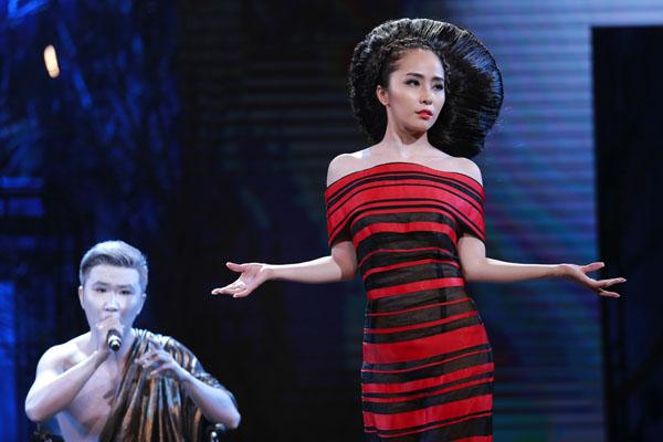 """""""Cá sấu chúa"""" Quỳnh Nga lần đầu làm người mẫu trình diễn trong một show nhạc kịch. Cô mang đến kiểu tóc bới cầu kỳ của nhà tạo mẫu Trần Hùng. Bộ sưu tập của anh có tên là sự tổng hợp của những mẫu tóc - những tác phẩm nghệ thuật mà anh đã sáng tạo không mệt mỏi trong suốt quá trình làm nghề của mình"""