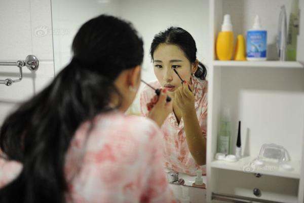 Fei Fei tự trang điểm cho mình trước khi phẫu thuật. Cô gái 21 tuổi giải thích, lỡ có chết trên bàn phẫu thuật thì cũng ra đi trong dáng vẻ xinh đẹp. Tuy nhiên, vì phòng phẫu thuật vô trùng nên không được phép trang điểm, Fei Fei lại phải tẩy trang.