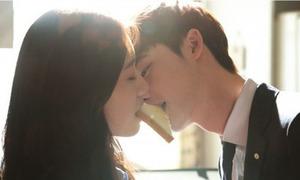 Lee Jong Suk - Park Shin Hye chia sẻ 'nụ hôn sandwich'
